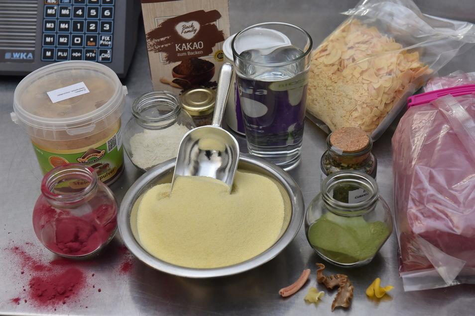 In der Nudelmanufaktur kommen neben den Grundzutaten Grieß und Wasser noch viele andere Dinge dazu, je nach Geschmacksrichtung, ob nun Rote Bete, Spinat, Knoblauch oder Pilze.
