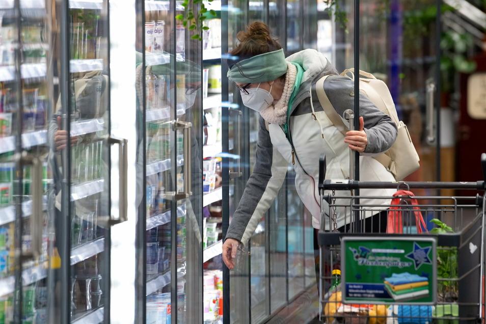 Eine Frau mit FFP2-Maske in einem Supermarkt: Seit dem 18.01.2021 gilt in Bussen, Bahnen sowie in allen Geschäften eine Pflicht zum Tragen von medizinischen Schutzmasken.
