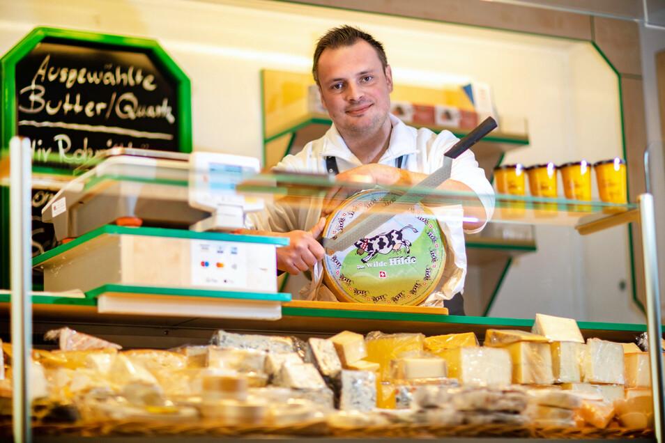 Auch Christoph Kirschbaum aus Roßwein ist von der Schließung der Wochenmärkte betroffen. Sein Käse-Wagen kommt fürs Erste vor die Elbgalerie.