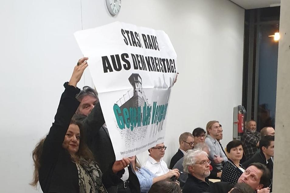 Der Meißner Zeithistoriker Johannes Zeller und eine Mitstreiterin machen im Meißner Kreistag auf mögliche Stasi-Verstrickungen aufmerksam.