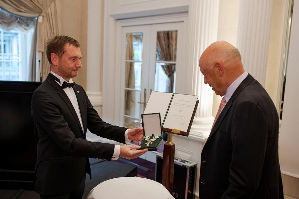Der Orden des Anstoßes: Ministerpräsident Michael Kretschmer überbringt Theo Müller Sachsens höchste Auszeichnung.