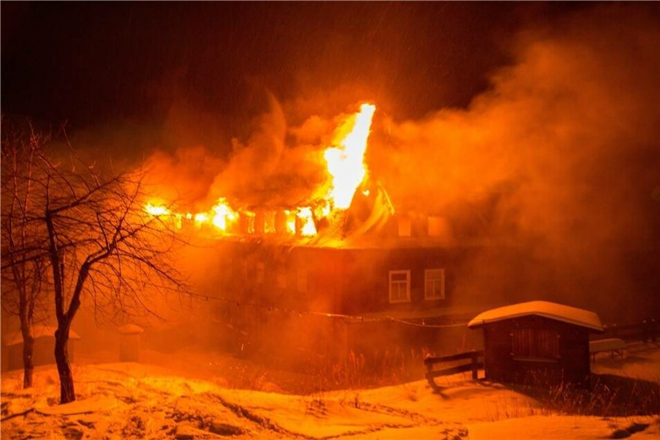Gegen 6 Uhr war die Feuerwehr über den Brand informiert worden.