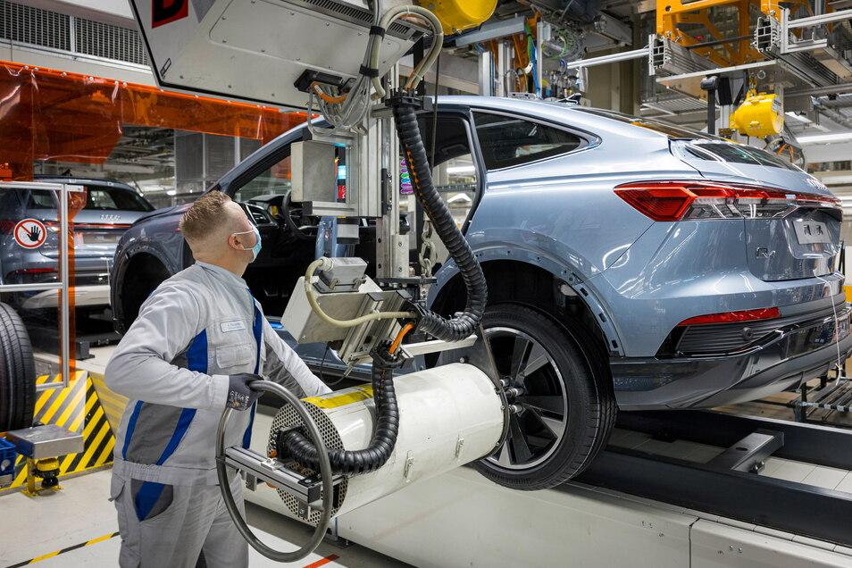 Bei der Produktion des neuen Audi Q4 e-etron in Zwickau werden viele Produktionsschritte bereits von Robotern übernommen.