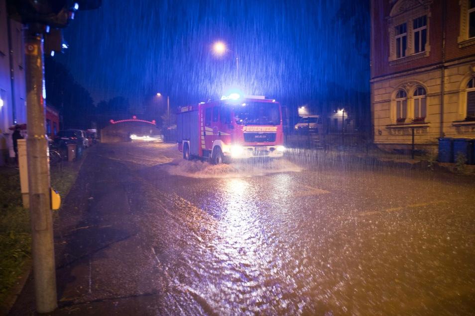 In Freiberg sorgte die Gewitterzelle am Dienstagabend für Starkregen und überflutete Straßen. Die Feuerwehr musste in der Bergstadt mehrmals ausrücken.