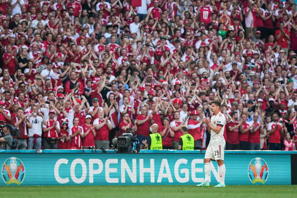 Ein Bild sagt mehr als tausend Worte: In der 10. Minute ist das Spiel unterbrochen. Fans und Spieler, wie hier der Belgier Leander Dendoncker, klatschen zu Ehren des dänischen Spielers Christian Eriksen.