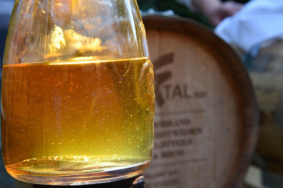 Die teils jahrelange Lagerung in einem Sherryfass verleiht den Obstbränden, die eigentlich klar sind, eine goldgelbe bis tiefrote Farbe.