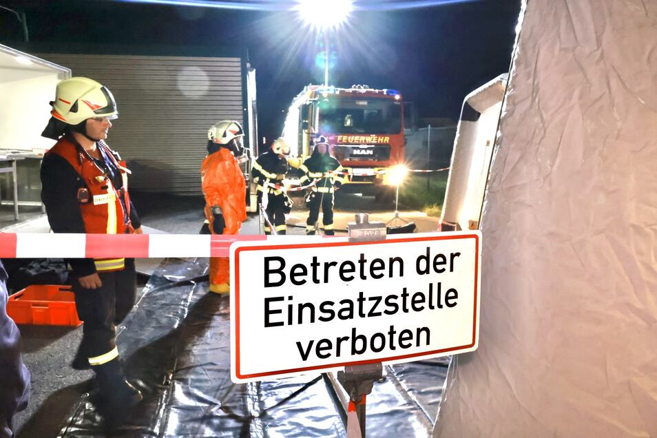 Nicht nur das Gelände der Firma, sondern auch die Pirnaer Straße in Heidenau wurde für die Dauer des Einsatzes gesperrt.