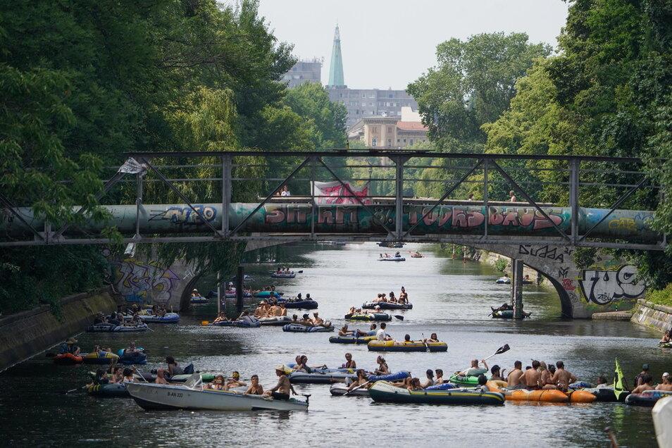 Auf dem Landwehrkanal wird zahlreichen Schlauchbooten die Teilnahme an einer Demonstration mit Booten aus Protest gegen das Tanzverbot im Freien verwehrt. Clubs und Diskotheken dürfen weiterhin ihr reguläres Angebot nicht aufnehmen.