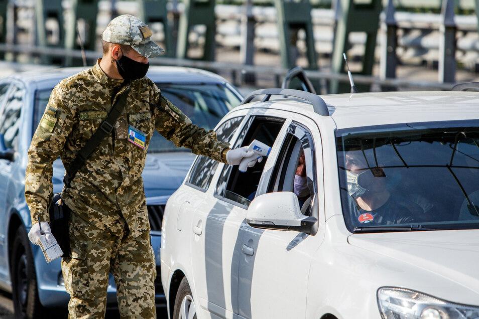 In die Slowakei dürfen Ungarn ohne Corona-Test reisen, an der Grenze zur Ukraine werden sie aber nach wie vor untersucht.