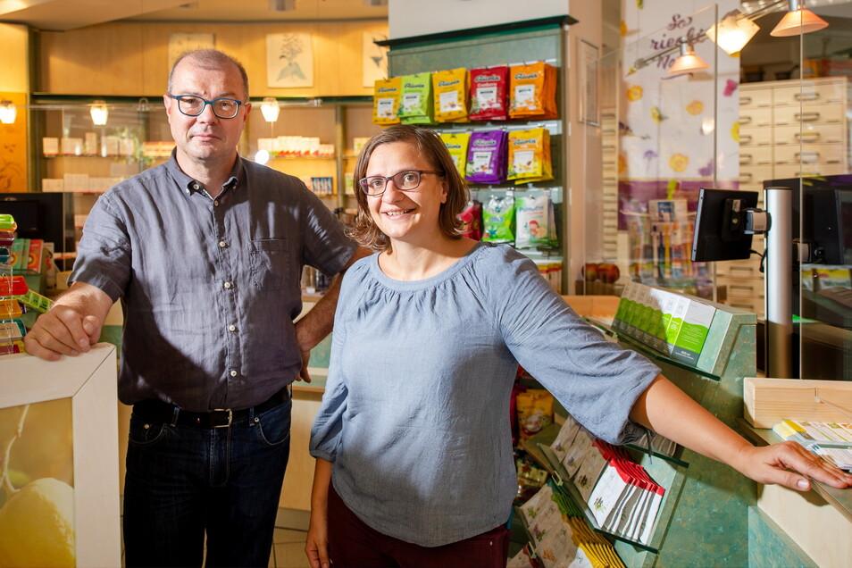 Staffelstabübergabe: Der bisherige Inhaber der Stadt-Apotheke in Radebeul-West und der Alten Apotheke in Weinböhla, Jan-Michael Lange, übergibt die Geschäfte an Pharmazeutin Katrin Springer.