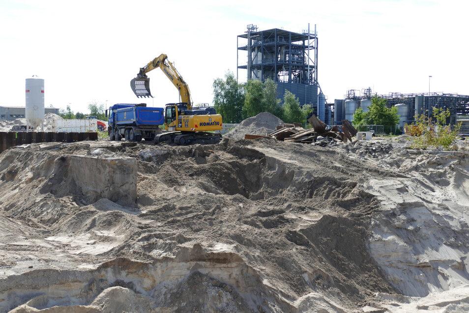 Unterflurabbruch im ehemaligen Bereich Destillation. Auch hier gilt es, kontaminierte Böden zu reinigen, vom Schadstoff-Eintrag, der über Jahre hinweg unweigerlich erfolgte, zu befreien.