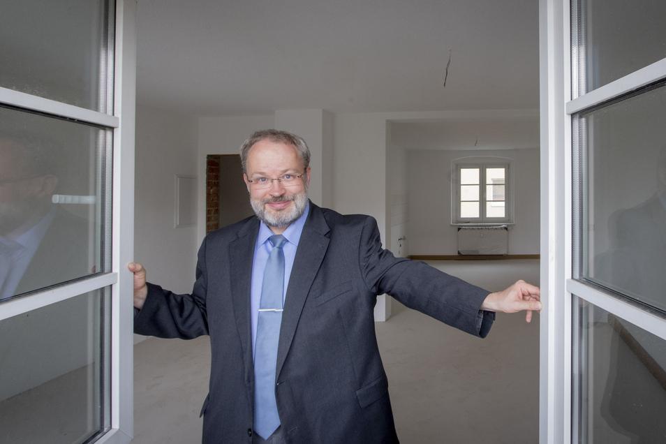 Aus zwei kleinen Wohnungen ist nun eine geräumige geworden. Noch in der Bauzeit fand sich ein Mieter, berichtet Wulf-Dietrich Schomber von der SWG Kamenz.