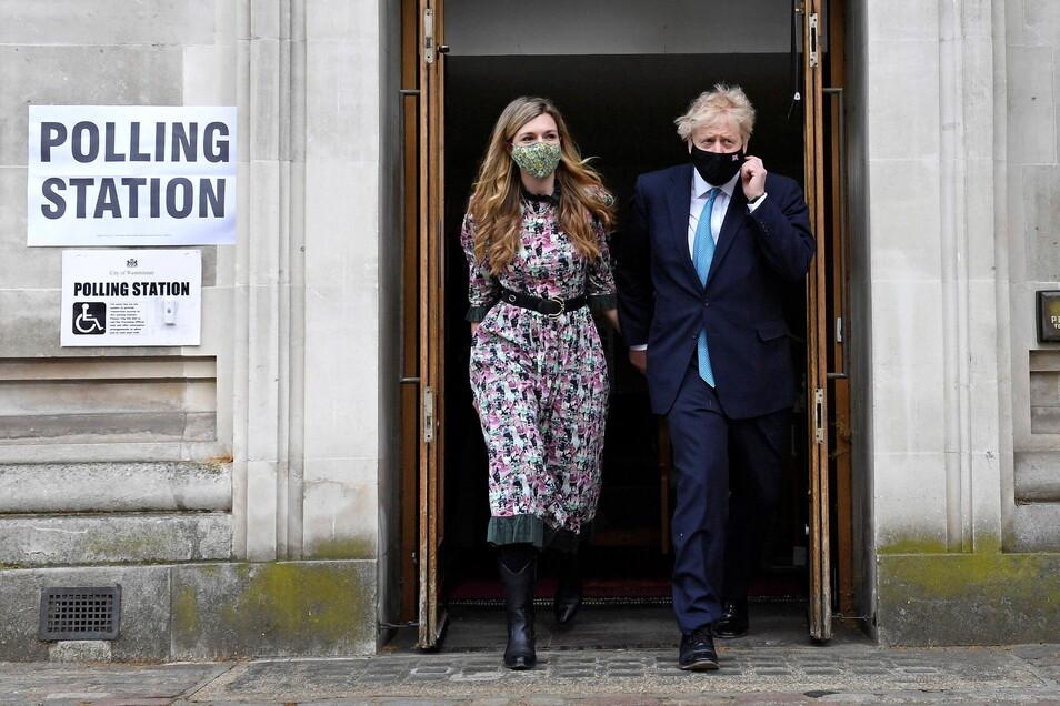 Boris Johnson und seine Verlobte Carrie Symonds nach ihrer Stimmabgabe.
