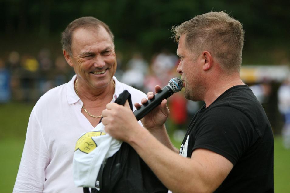 """Matthias """"Atze"""" Döschner bekommt von Thomas Mathe vom SC Bahratal-Berggießhübel weiße Shorts geschenkt."""
