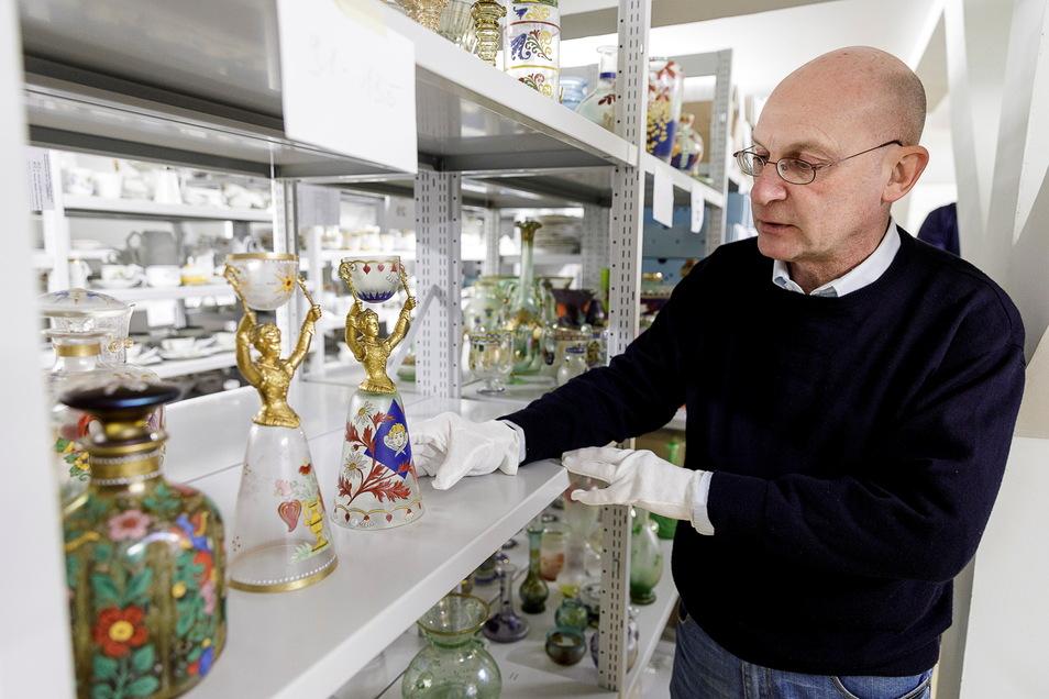 Der Kunsthistoriker Martin Kügler hat gemeinsam mit Markus Bauer Anfang 1999 im Schlesischen Museum begonnen. Er kennt sich mit Glas, Porzellan und anderem Kunstgewerbe aus.