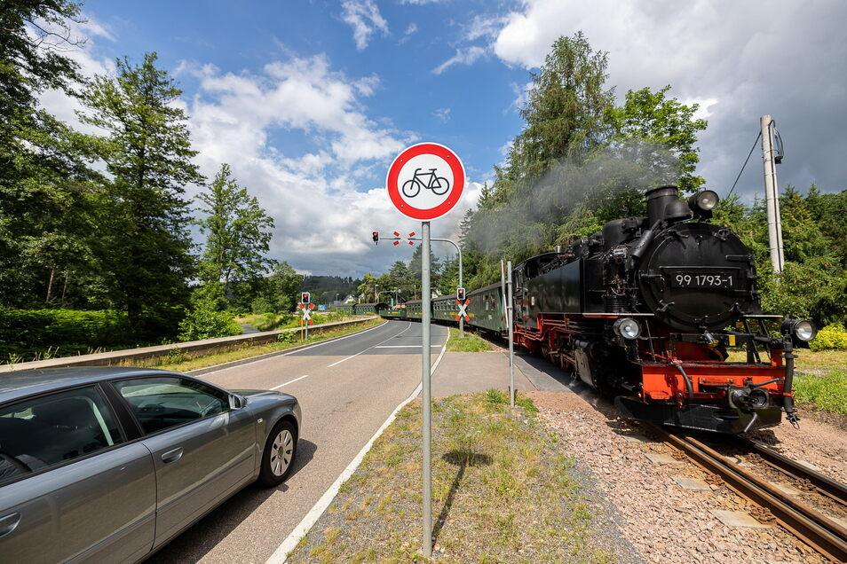 So mit der Bimmelbahn sieht es ganz idyllisch aus. Aber erst vor Kurzem ist hier in Ulberndorf am Bahnübergang ein Radfahrer so schwer gestürzt, dass sogar der Bahnverkehr behindert wurde.