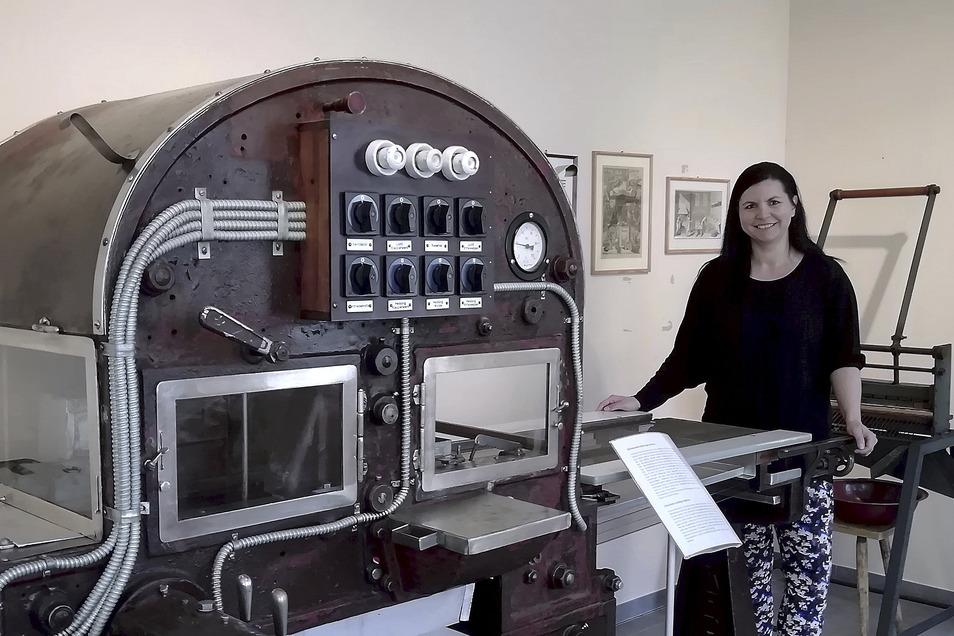 Bianca Schubert führt Gäste durch das Pulsnitzer Pfefferkuchenmuseum - wenn es geöffnet hat. Bald kann sie ihnen auch das neuste Schaustück zeigen. In der Maschine bekommen Pfefferkuchen ihren Schokoüberzug.