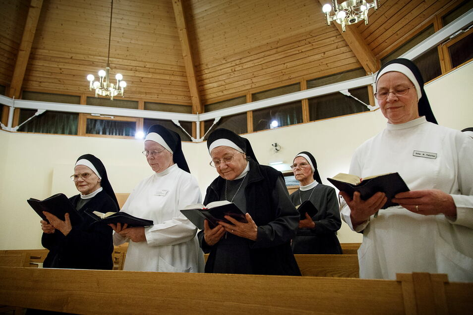 Einige Ordensschwestern in der Kapelle des St. Carolus Krankenhauses, die zweite von links ist Schwester M. Cäcilia.