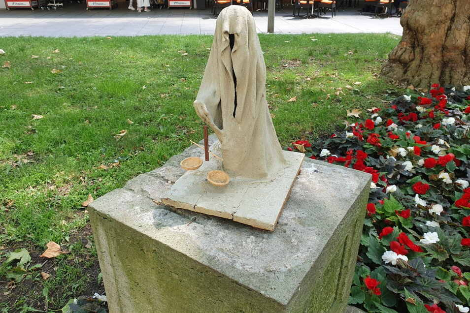Mit einer kleinen Waagschale weist diese Figur auf ein mögliches Totengericht nach dem Ende des Lebens hin.