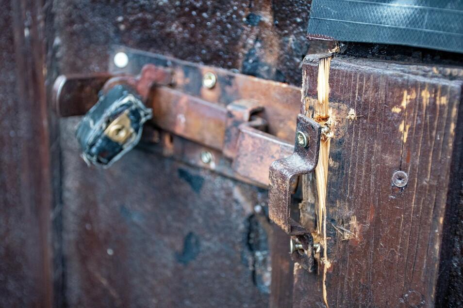 Die Einbrecher haben viele Türen und Schlösser zerstört.