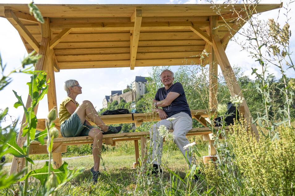 Karin und Manfred Wittig aus Freiberg wandern oft durchs Muldental. Die neue Möglichkeit zur Rast in Leisnig-Fischendorf haben sie schon entdeckt.