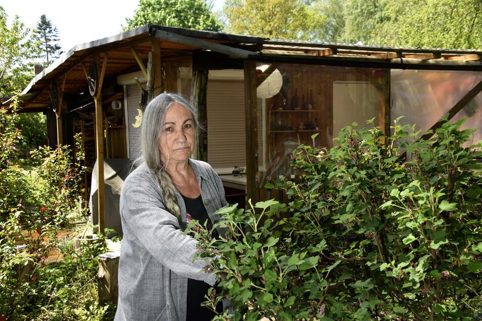 Helene Ebert ist behindert und mittlerweile alleine. Sie will ihren Bungalow in Weißig aufgeben und hat deshalb Ärger mit der Dresdner Bäder GmbH.