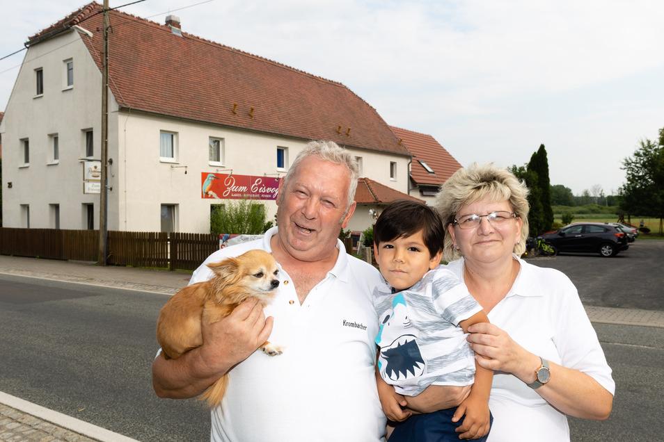 Familie Krüger ist angekommen im Malschwitzer Ortsteil Wartha. Seit 2015 betreiben Birgit und Karsten Krüger die Gaststätte Zum Eisvogel. Enkelsohn Thiago ist gern zu Gast. Und Hündin Mira ist sowieso immer dabei.