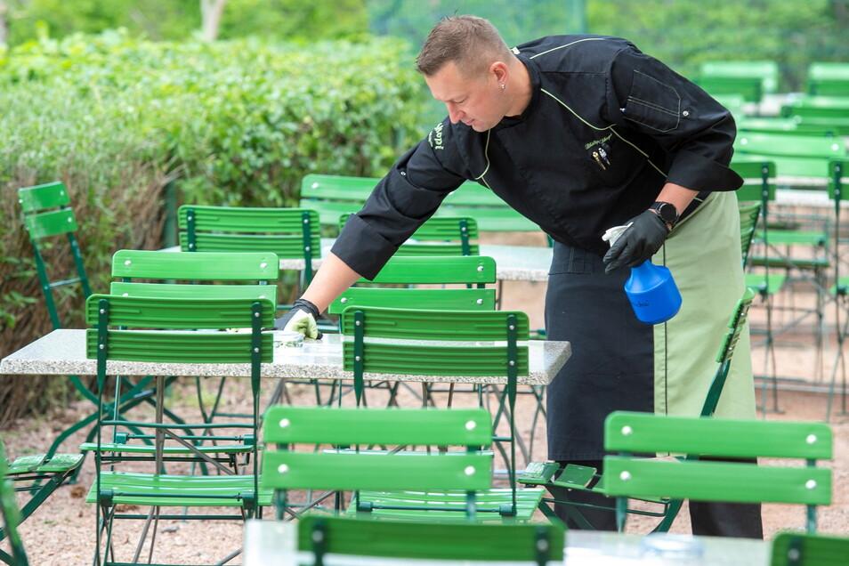 In Skopis Elbgarten in Coswig werden Tische und Stühle desinfiziert. Das Foto stammt aus dem Vorjahr. Doch es ist wieder aktuell. Ab Donnerstag darf im Landkreis Meißen die Außengastronomie wieder öffnen. Die Bundesnotbremse tritt außer Kraft.
