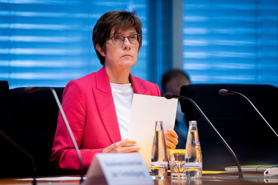 Bundesverteidigungsministerin Annegret Kramp-Karrenbauer (CDU) will über persönliche Konsequenzen aus Fehlern vor der Machtübernahme der Taliban nachdenken.