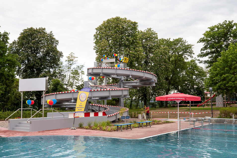 """Mit Luftballons und einer """"100"""" zur Eröffnung geschmückt: Die neue Attraktion im Heidenauer Bad."""