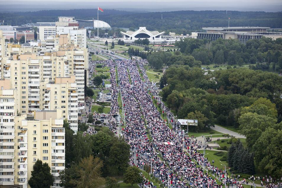 Belarus, Minsk: Unterstützer der belarussischen Opposition gehen am Sonntag im Rahmen eines Protests zum Palast der Unabhängigkeit.