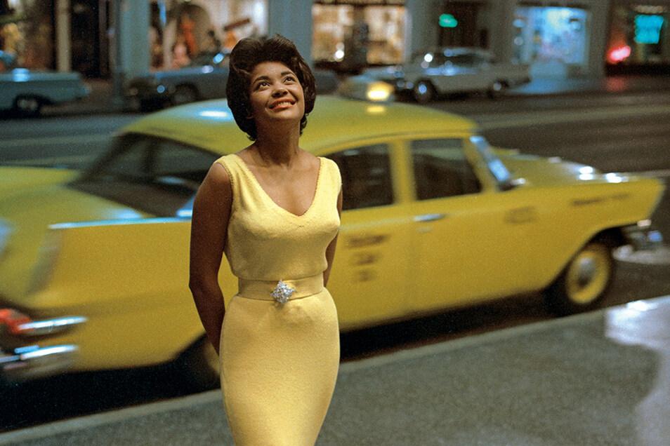 """Ein Star bei den Sternen: Jazzsängerin Nancy Wilson 1963 auf dem Hollywood-Boulevard in Los Angeles, wo das Coverfoto für ihr Album """"Hollywood – My Way"""" gemacht wurde. Die mehrfache Grammy-Gewinnerin war von 1960 bis 1980 bei Capitol Records unter Vertrag"""