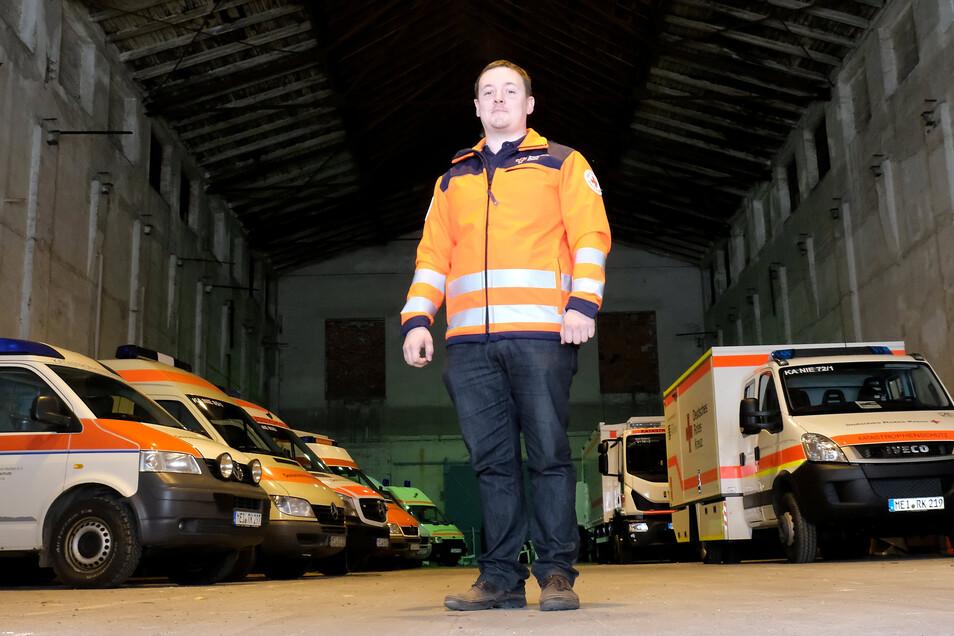 Der DRK-Kreisverband Meißen, hier Geschäftsführer Christoph Ruppert, hat in Niederau eine Halle für die 16 Fahrzeuge seines Einsatzzuges, die im Katastrophenfall zum Einsatz kommen, angemietet. Es herrscht Platznot und die Fahrzeughalle liegt ungünstig.