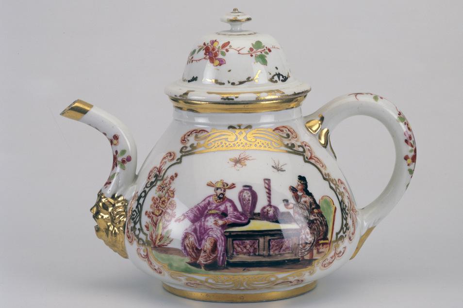 Bereits 1723 soll diese Teekanne aus dem Besitz des jüdischen Sammlers Ernst Gallinek von dem berühmten Maler Johann Gregorius Höroldt gestaltet worden sein.