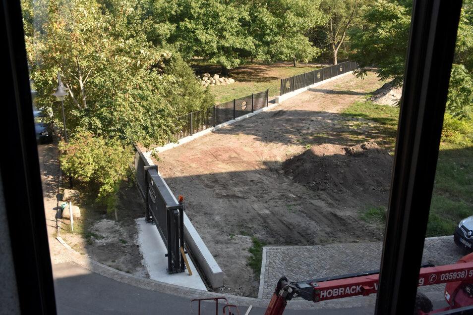 In den neuen Zaun wurden die alten Elemente mit Motiven von Tagebaugroßgeräten integriert.