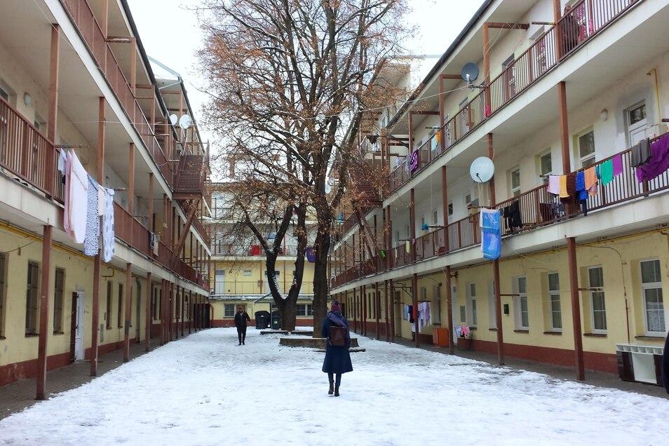 In dem Hinterhof in Brno leben Roma. 1942 wurden hier Juden zusammengetrieben für den Transport in die Vernichtungslager.