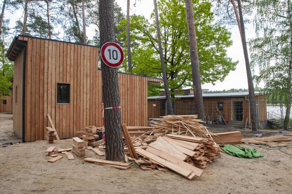Es tut sich was am Brettmühlenteich Zschorna. Die ersten Ferienhütten sind gebaut.