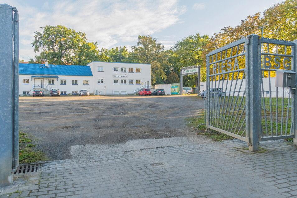 Das Tor zum Parkplatz vor der Feralpi-Arena in Riesa-Merzdorf. Die Fläche ist voller Löcher. Das soll sich bald ändern.