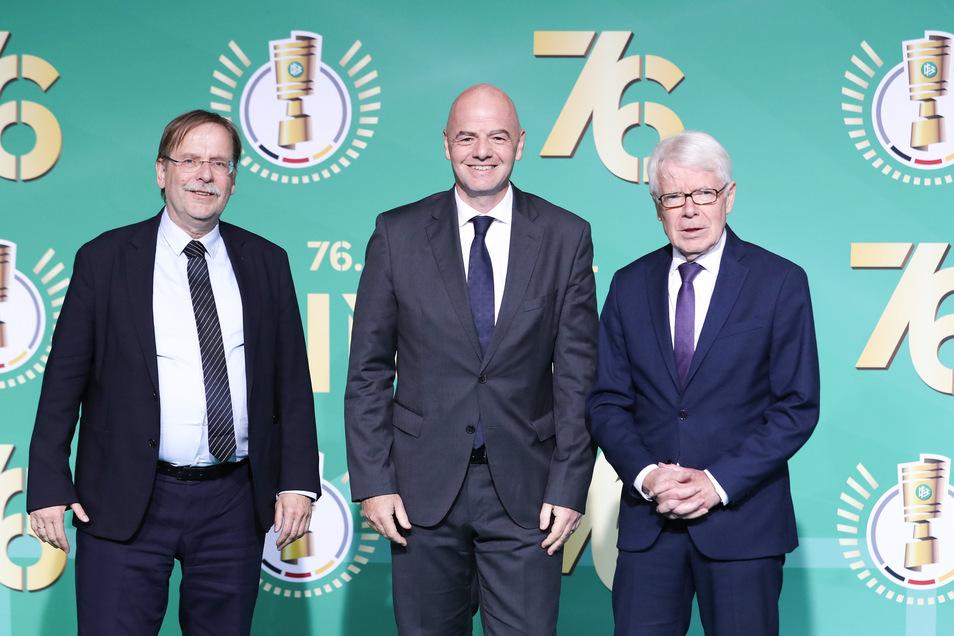 Der Fußball ist eine Männerwelt, immer noch und vor allem ganz oben an der Spitze. Vorm DFB-Pokalfinale präsentieren sich DFB-Vizepräsident Rainer Koch, Fifa-Präsident Gianni Infantino und Liga-Präsident Reinhard Rauball.