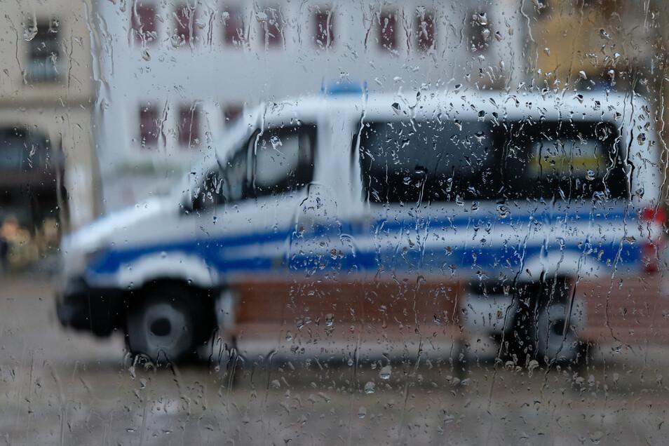 Die Polizei hält sich in Meißen am Montagabend bis auf wenige Ansagen zurück, zeigt jedoch Präsenz.