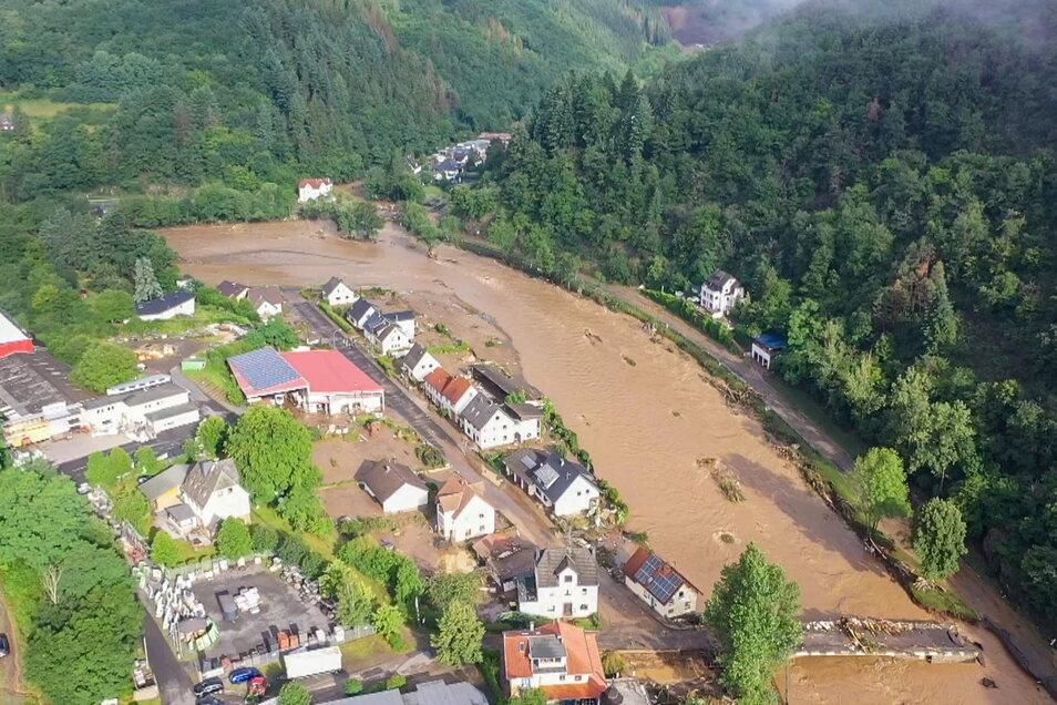 Rheinland-Pfalz, Schuld: Hier waren in der Nacht zum Donnerstag sechs Häuser eingestürzt. Derzeit würden dort knapp 70 Menschen vermisst.