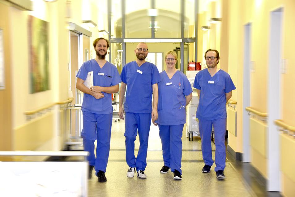 Friedrich Krügel, Mathias Kunath, Oberärztin Katrin Przybilla und Jörg Schelzke (v.l.) auf dem Weg zu einer unangekündigten Reanimationsübung. Die Männer sind Fachkrankenpfleger und arbeiten wie die Oberärztin auf der Intensivstation. Bis sie im Notfall a