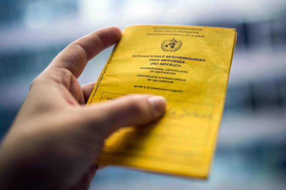 Ein wichtiges Dokument für den anstehenden Biergartenbesuch: Vollständig Geimpfte müssen den Impfpass im Original vorzeigen.
