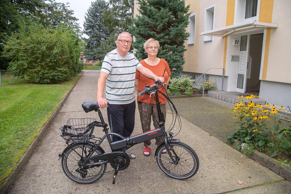 Dieter Herrmann (mit Ehefrau Sylvia) muss zwangsweise mit dem Fahrrad fahren, weil er seinen Führerschein nicht zurückbekommt.