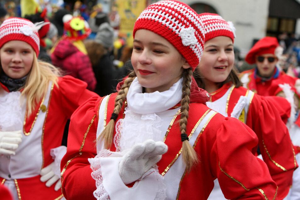 Die Funkengarde beim Karnevalsumzug in Geising 2019. (Beispielfoto)