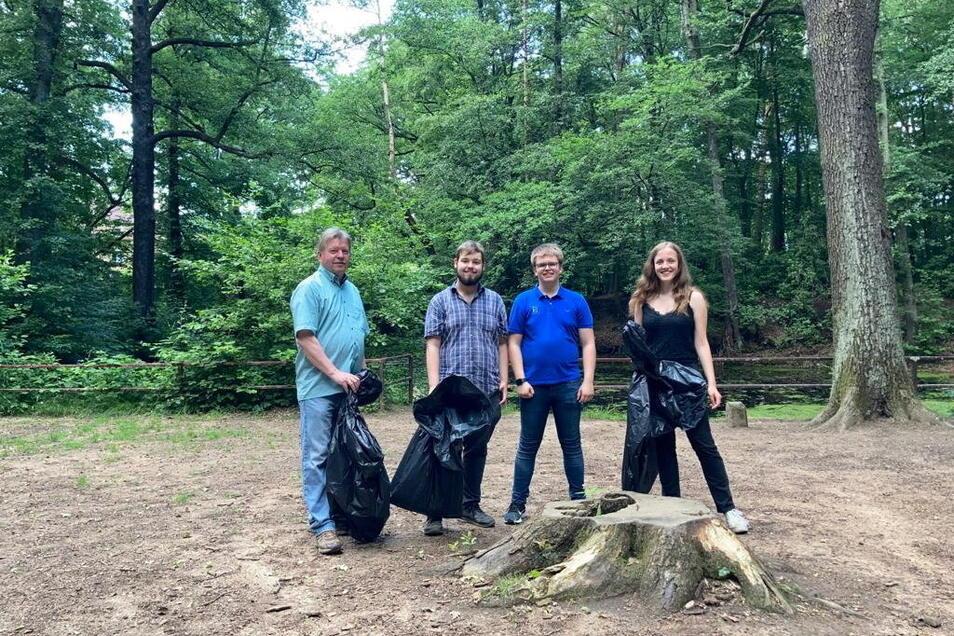 OB Bert Wendsche (v.l.n.r.) sammelte mit Maximilian Speidel, Florian Linaschke und Floria Wolf Müll um Schwarzes Teich auf.