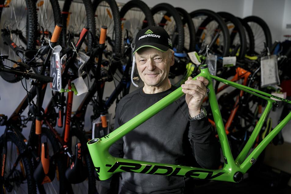 Joachim Kramer ist mit seinem Geschäft Radsport Kramer an der Reichenbacher Straße in Rauschwalde umgezogen und auf der anderen Straßenseite neu gestartet. Hier zeigt er einen Rahmen der belgischen Firma Ridley, die er neu ins Sortiment genommen hat.
