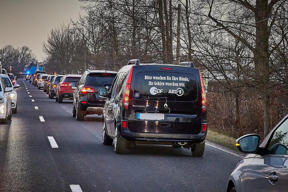 Hupender Protest in Pirna am Donnerstag gegen die Corona-Maßnahmen. Der Autokorso dauerte zwei Stunden.