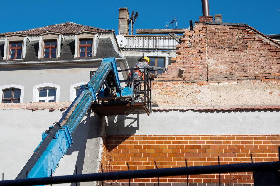 An dem baufälligen Haus an der Brunnenstraße werden die vom Absturz bedrohten Hausteile abgetragen.