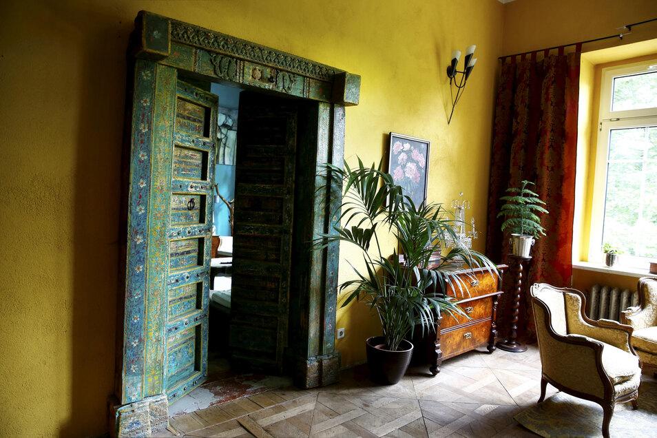 Wohnlich präsentiert sich das Gästezimmer im ersten Stock.